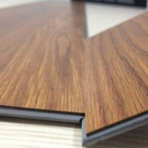 So sánh sàn nhựa giả gỗ hèm khoá và sàn nhựa giả gỗ tự dán – Loại nào tốt hơn?